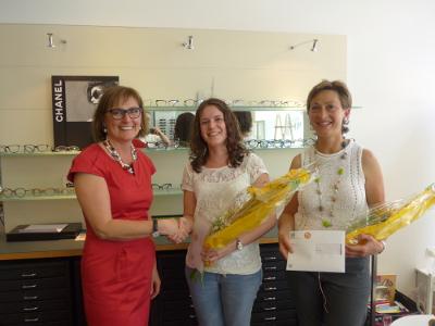 Im Bild: Herta Kathan (Städtli Optik) gratuliert Gabriela Gschwend und Marina Dedual (v.l.n.r)